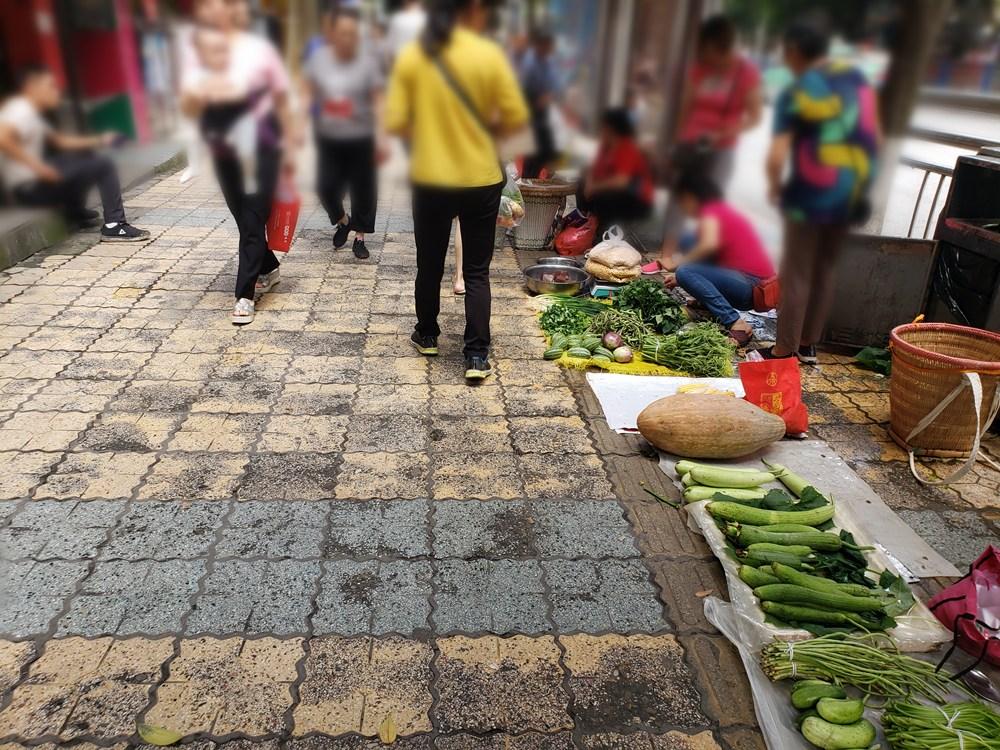 """农场人行道商贩占道经营,道路变成""""菜市场"""""""